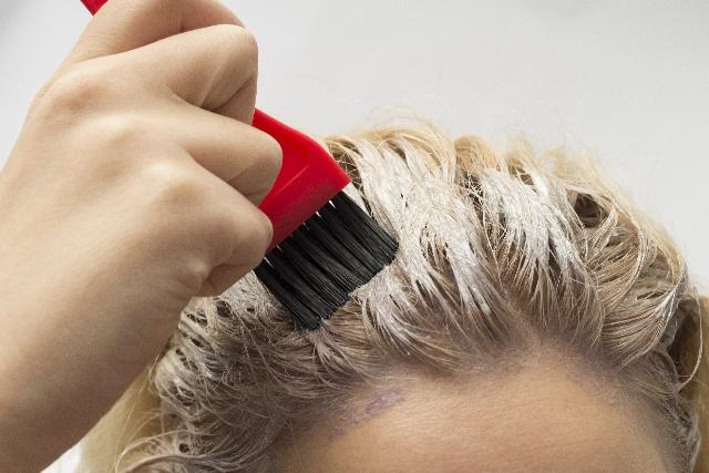 女性薄毛・10代20代でも悩む!若い年代の抜け毛原因の特徴とは?