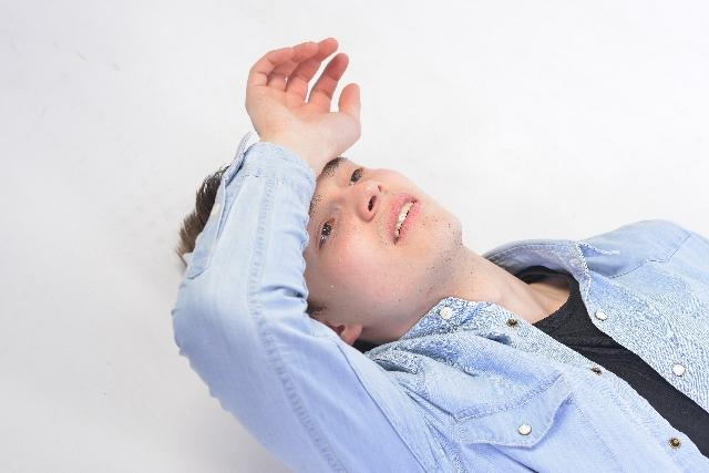 男性頭皮のニオイ!臭い頭はハゲ・薄毛の前兆!?原因&対策方法